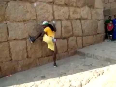 Bez drošinājumiem neticamā ātrumā uzrāpjas pa vertikālu akmens sienu! (Impressive climbing)