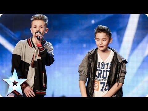 Divu jaunu zēnu uzstāšanās saviļņo visu pasauli! (Two young boys sing about overcoming bullying)