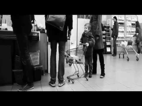 VIDEO – Viens no veidiem, kā pārmācīt nepaklausīgu bērnu! (That's One Way To Deal With An Annoying Kid)