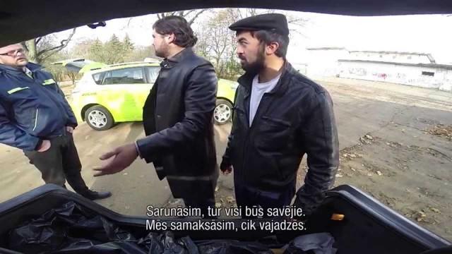 """VIDEO – Slēptā kamera! Bolderājā divi vīrieši auto bagāžniekā pārvadā cilvēka """"līķi""""!"""
