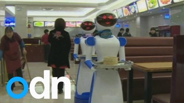 VIDEO: Ķīnas restorānā klientus sāk apkalpot roboti! (Restaurant in China hires robots as waiters)