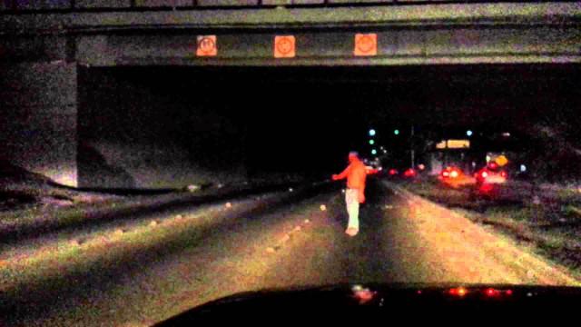 VIDEO: Aculiecinieka video: Vīrietis bēgot no policijas, nolec no tilta! (Man Jumps From Bridge To Escape Police!)