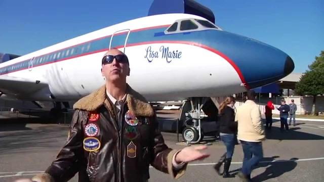 """VIDEO: Kā izskatās Elvisa Preslija personiskā lidmašīna """"Lisa Marie""""? (Julien's Auctions Offers Elvis Presley's Lisa Marie Airplane for Auction)"""