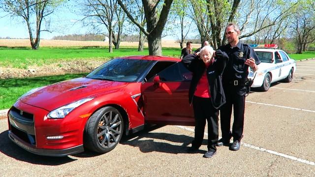 VIDEO: 78-gadīgu vecmāmiņu arestē par… sporta auto zādzību! (Grandma Gets Arrested PRANK!)