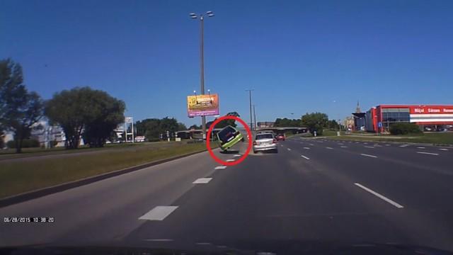 VIDEO: Rīgas centrā automašīna uzmet kūleni gluži, kā asa sižeta filmā!