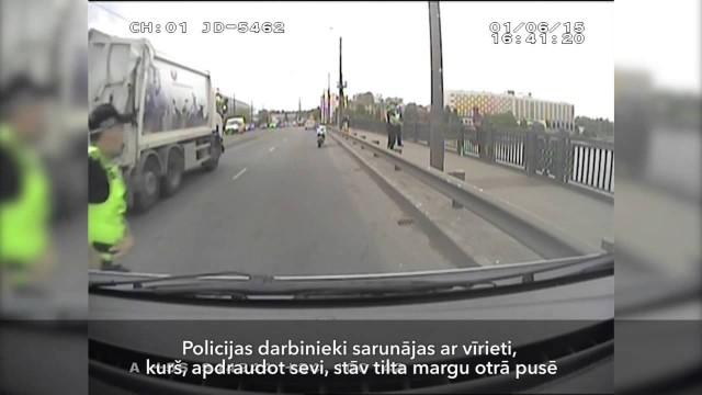 VIDEO: Kā policisti Rīgas centrā atturēja cilvēku no lēkšanas Daugavā?