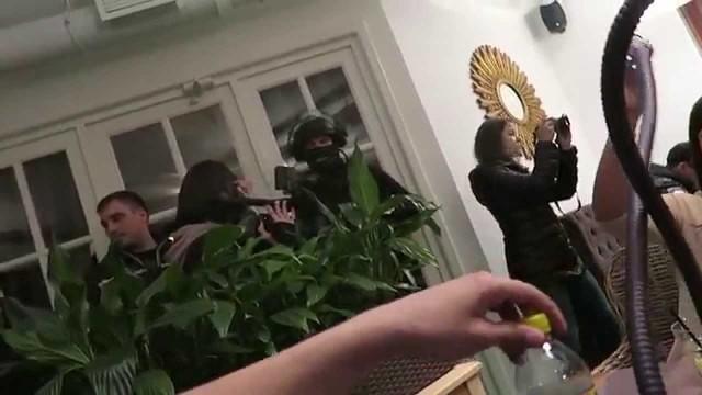 VIDEO: Vitālijam atpūšoties kādā Krievijas klubā, apmeklētājus pārsteidz policijas specvienība! (SEARCHED BY THE RUSSIAN SPETSNAZ – SWAT TEAM)
