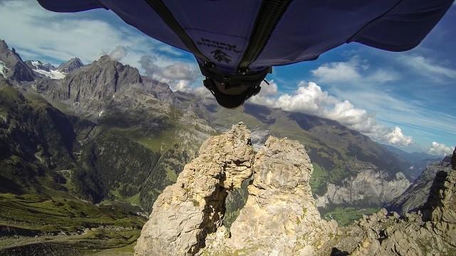 """VIDEO: Drosme vai muļķība? Vīrietis ar vēja kostīmu mežonīgā ātrumā mēģina """"izlidot"""" cauri 2 metrus platai klintij! (Wingsuit Flight Through 2 Meter Cave – Uli Emanuele)"""