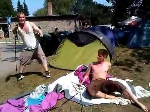 VIDEO: Festivālu laiks ir klāt! Kāpēc dzērumā celt telti nav laba ideja? (Two drunk guys trying to setting up a tent!)
