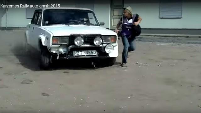 VIDEO: Neticami! Fotogrāfe par mata tiesu izglābjas no sporta auto Kurzemes rallija sacensībās! (Kurzemes Rally auto crash 2015)