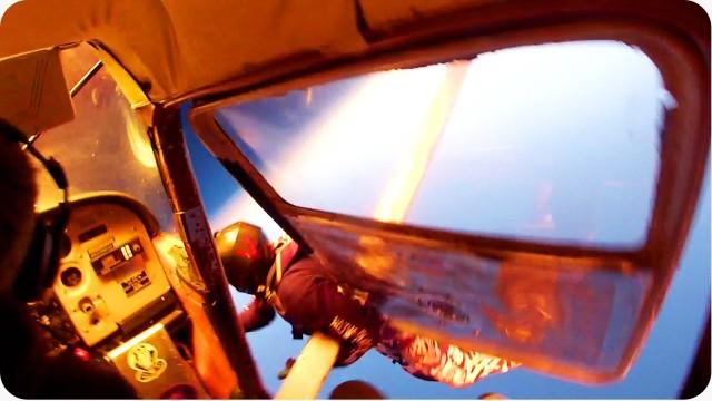 VIDEO: Šokējoši! Izpletņlēcēji pagūst pamest lidmašīnu, kas aizdegas, gaisā saskrienoties ar citu lidmašīnu! (AMAZING Skydivers Land Safely After Plane Crash)