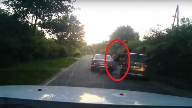 VIDEO: Aculiecinieka video: Kāpēc Artuss Kaimiņš uz ceļa mēģina bloķēt un apturēt citu automašīnu?