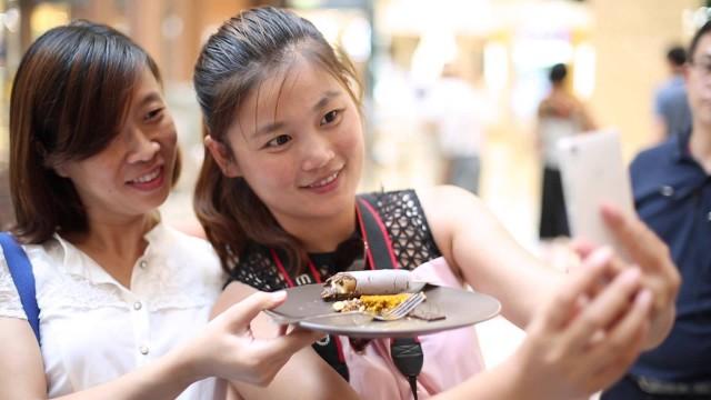 """VIDEO: Ķīnieši pirmo reizi bauda Latvijas saldējumu """"Ekselence""""! (Chinese tasting Ekselence ice cream for the first time)"""