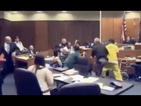 VIDEO: Ko tu darītu, ja satiktos aci pret aci ar savas 3 gadīgās meitas slepkavu!? (Dramatic Footage Shows Grieving Dad Attack His Three-year-old Daughter's Killer in Court)