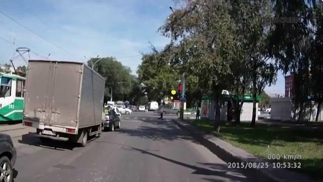 VIDEO: Krievijā agresīvs autovadītājs nāk virsū otram ar cirvi! Ne jau malku skaldīt.  (Агрессивный водитель с топором)