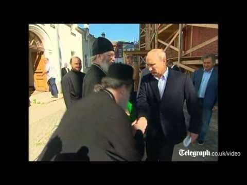 VIDEO: Negaidīts Putina rokasspiediens. (Vladimir Putin shies away from hand kiss)