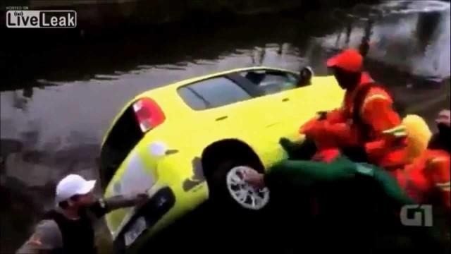 VIDEO: Nevajag notriekt sētniekus! Viņi ir atriebīgi. (Street Sweepers tossing car into a canal)