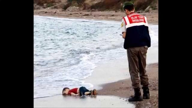 VIDEO: Noslīkušais sīriešu puisēns – simbols briesmu pilnajam ceļam uz Eiropu! (aylan kurdi, the young Syrian boy found drowned on Bodrum beach in Turkey)
