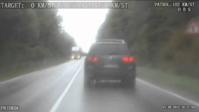 VIDEO: Policijas ekipāžas video: Noziedznieks ar zagtu auto un 2,45 promilēm bēg no policijas un avarē!