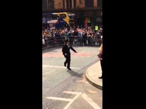 VIDEO: Policiste jestri uzdejo Mančestras Praida laikā! (Dancing police inspector becomes internet superstar for her top moves during Manchester Pride)