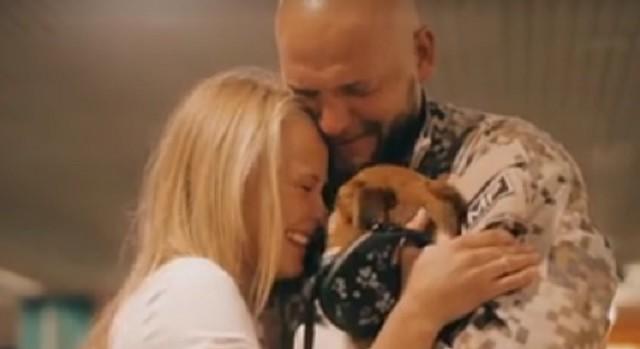 VIDEO: Kā latviešu meitene sagaidīja savu mīļoto vīrieti – Latvijas karavīru atgriežamies mājās!?