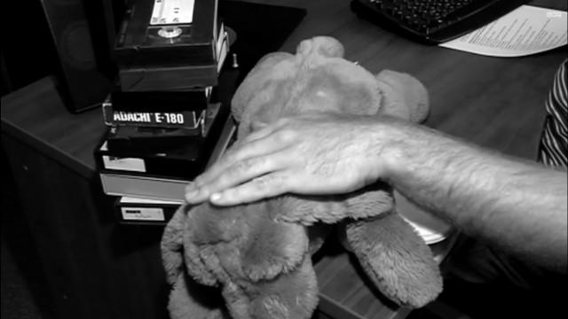 VIDEO: Latvijā policija noķer, bet tiesa palaiž brīvībā, bērnu pornogrāfisko video glabātāju.