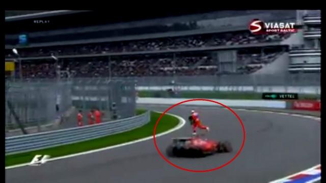 VIDEO: Kad dari vairāk, kā pienākums prasa jeb ļoti drosmīgs krievs, riskējot ar dzīvību, atbrīvo F1 trasi no atlūzām!