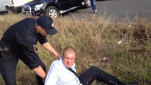 """VIDEO: Policija aiztur Ukrainas deputāta kandidātu. Viņš: """"Tu vispār zini, kam pieskaries!?"""""""