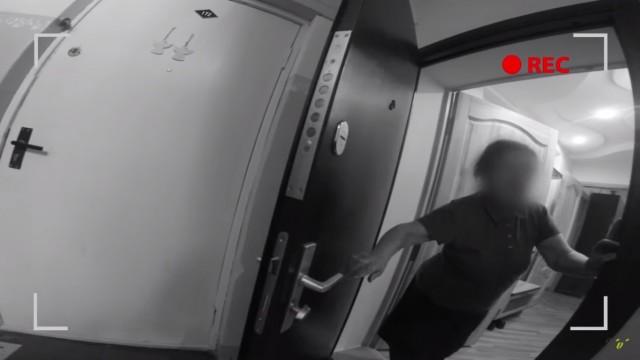 VIDEO: EKSPERIMENTS: Cik viegli iekļūt svešos dzīvokļos, izliekoties par santehniķi?