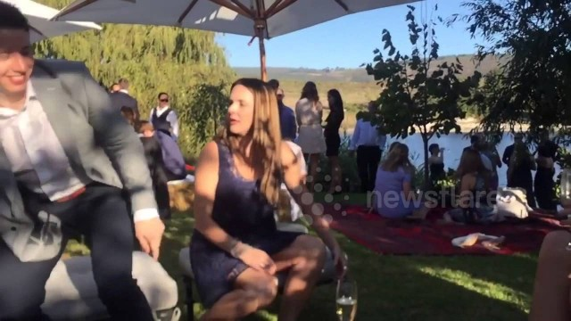 VIDEO: Labs! Viņš līgavas pušķa ķeršanas brīdī izdarīja to, ko daudzi gribētu, bet nav uzdrošinājušies..