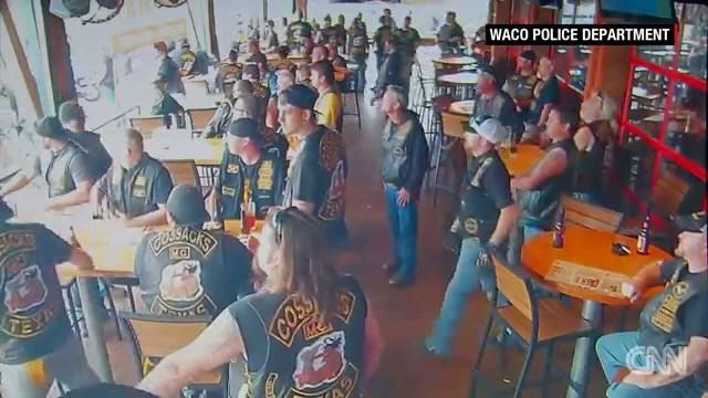 VIDEO: Novērošanas kameras kādā kafejnīcā fiksē nežēlīgu un traģisku baikeru apšaudi! Rezultāts – 9 mirušie!