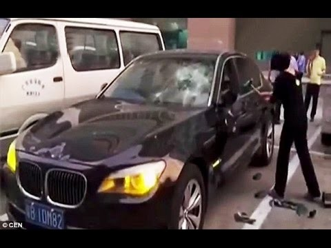 """VIDEO: Sieviete izgāž dusmas par vīra aiziešanu, sitot pa viņa """"sāpīgāko vietu""""!"""
