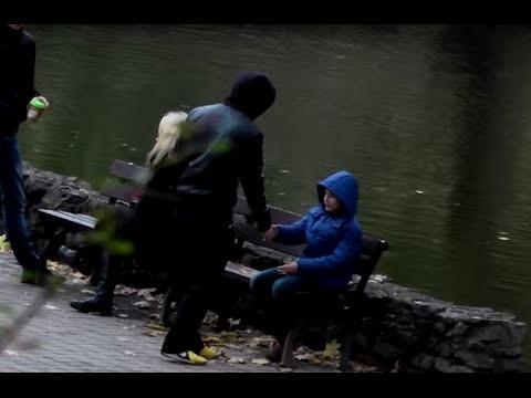 """VIDEO: Sociālais eksperiments: Kā rīdzinieki reaģēja (vai nereaģēja) uz maza zēna """"nolaupīšanu""""!?"""