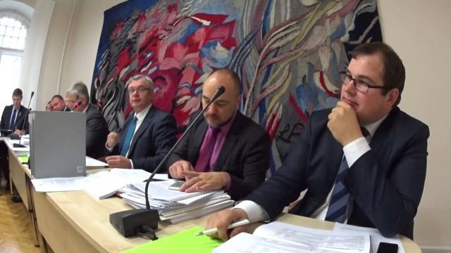 VIDEO: Artuss Kaimiņš cenšas atrunāt politiķus no pusmiljona naudas piešķiršanas Latvijas Radio 5! Viņu nesadzird.