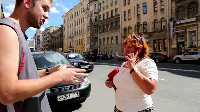 """VIDEO:  """"СтопХам"""" kļūst ļoti populāri. Šoferi lūdzas, lai uzlīmi vienkārši uzdāvina!"""