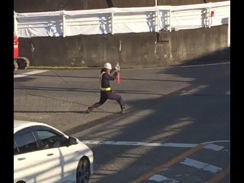 VIDEO: No malas izskatās kā satiksmes regulētājs, taču patiesībā – dzimis dejotājs!