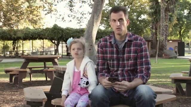 VIDEO: Smieklīgi par nopietnām tēmām jeb tēti nenovērs skatienu no bērna – pat ne uz sekundi!
