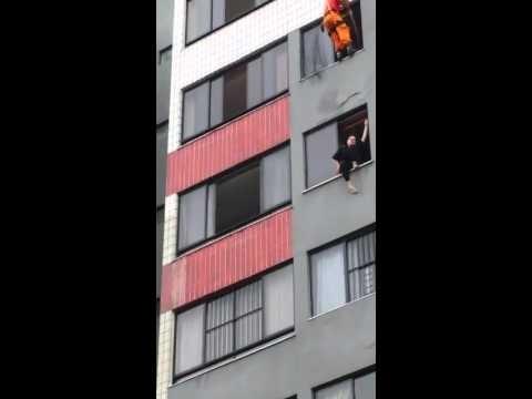 VIDEO: Ugunsdzēsējs iespaidīgā veidā izglābj pašnāvnieci no izlekšanas pa logu!