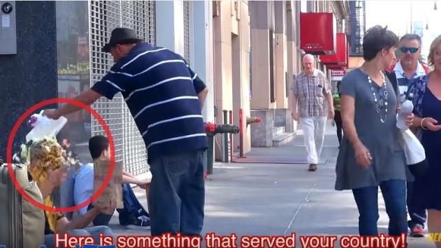 """VIDEO: Kā reaģē bezpajumtnieks, ja pusaudzis """"nozog"""" viņa potenciālos ziedotājus!"""