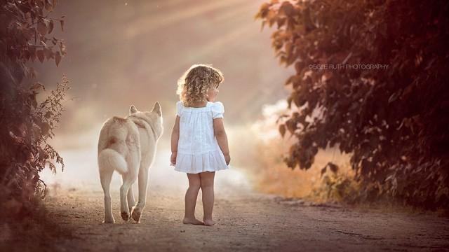 FOTO: Bērnu un dzīvnieku maģiskās attiecības caur fotoaparāta objektīvu..