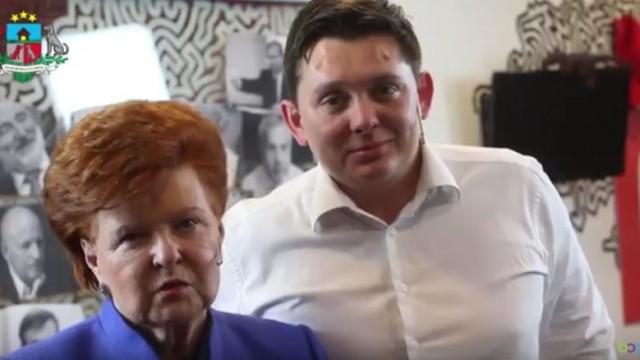 VIDEO: Negaidīti! Suņubūdā pie Artusa Kaimiņa ciemojas Vaira Vīķe-Freiberga!