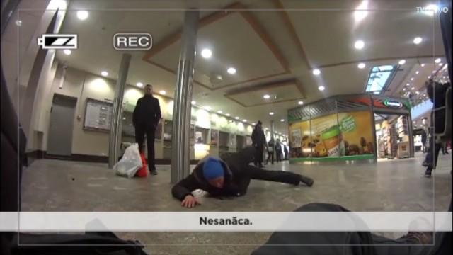 """VIDEO: """"Bez Tabu"""" žurnālists nomaskējas par bomzi un ar slēpto kameru iefiltrējas bariņā!"""