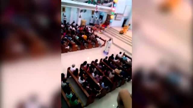 VIDEO: Priesteris tika atstādināts, jo baznīcas vadībai nepatika veids, kādā viņš pārvietojās pa baznīcu!