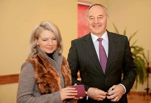 Eksprezidenta Andra Bērziņa sieva Dace paziņo par abu laulības šķiršanu!