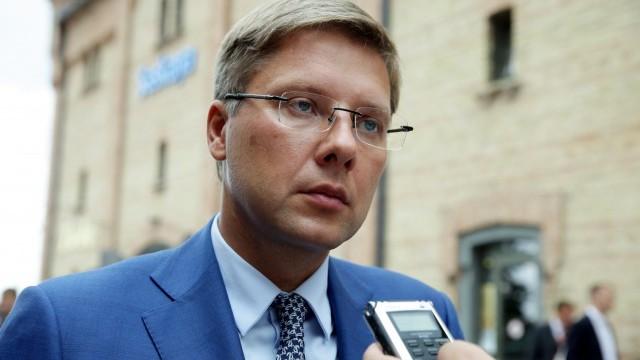 Nils Ušakovs paraksta rīkojumu par Latvijas premjerministra Māra Kučinska atlaišanu!