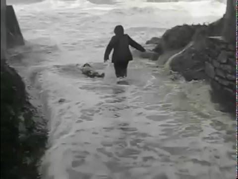 VIDEO: Lūk, kāpēc nevajag baudīt vētras spēku un skaistumu ūdens tuvumā!