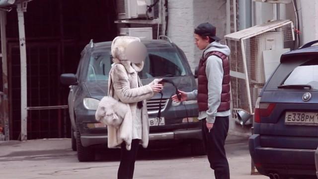 VIDEO: Vai sievietes piekritīs šķirties no sava krūštura, ja svešinieks to lūdz?