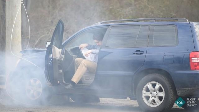 VIDEO: Iespaidīgi! Kā rīkoties, ja ar auto esi ietriecies elektrības stabā!