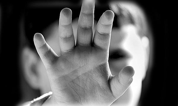 15 mēnešus vecā puisēna nāvē vainotie un atbildīgie, tai skaitā ārste, kas neziņoja par vardarbību pret bērnu, sēdīsies tiesas solā!