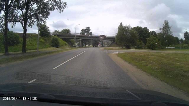 VIDEO: Aculiecinieks nofilmē, kā kravas automašīna taranē tiltu Jēkabpilī!